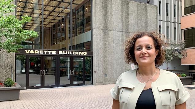 Arghavan Gerami pose pour la caméra devant un édifice d'Ottawa.