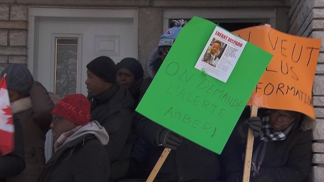 Un citoyen tend une affiche.