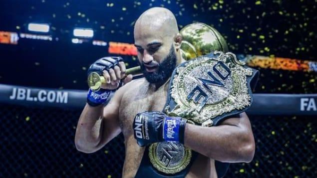 Arjan Bhullar tient sa ceinture après sa victoire.
