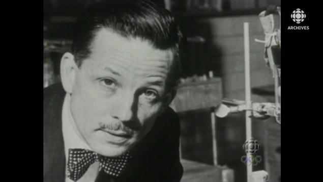 Armand Frappier dans un laboratoire.