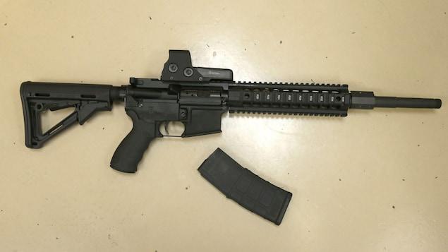 Une arme semi-automatique