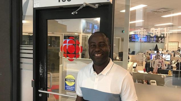 Armelle Agbessi devant les bureaux de Radio-Canada Saskatoon.