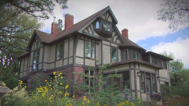 Une ancienne et grande maison.