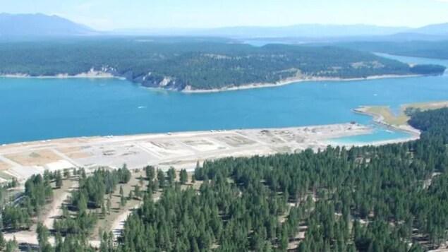 Une vue aérienne du lac Koocanusa.