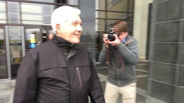 Yvon Arsenault sortant du palais de justice
