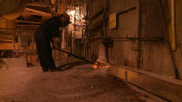 Un travailleur de la fonderie.