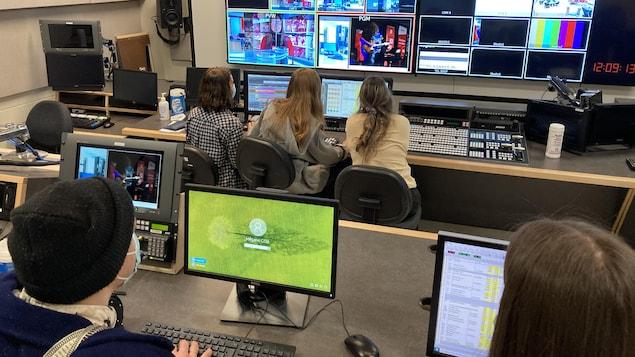 Des étudiants d'ATM dans une régie de télé.
