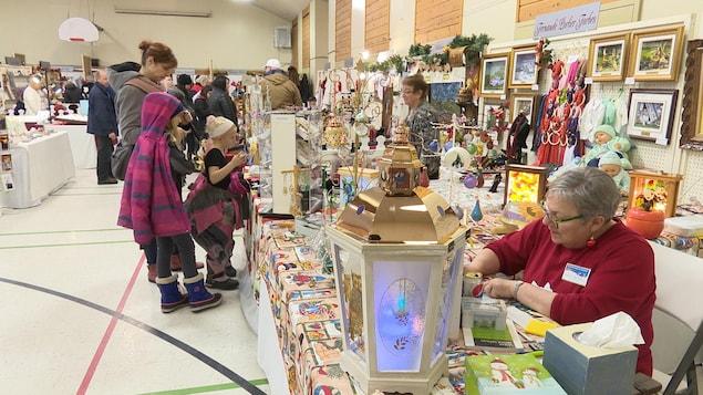 Le public regarde les créations des artisans.