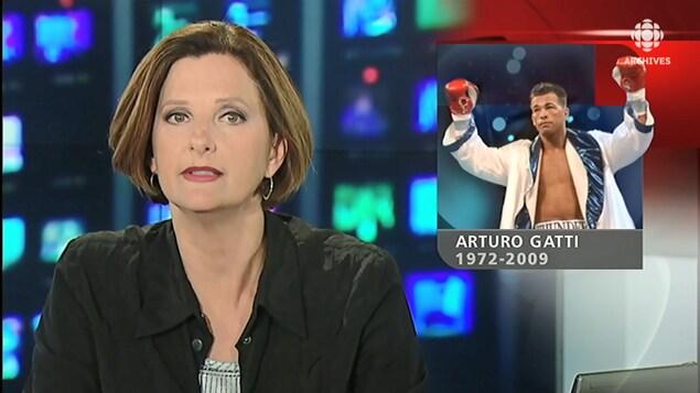 La présentatrice Geneviève Asselin animant le Téléjournal avec une mortaise d'Arturo Gatti à l'écran.