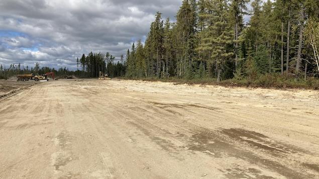 Un terrain plat prêt à accueillir des constructions.