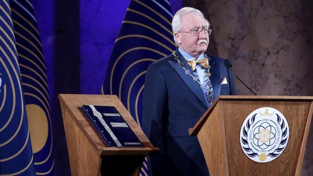 Un homme devant un podium.