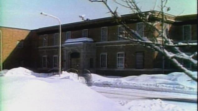 Un édifice en brique dans les années 1970