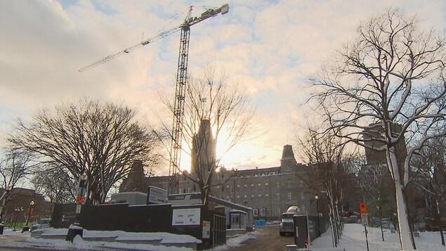Une immense grue a été érigée devant l'Assemblée nationale du Québec en vue de la construction d'un futur pavillon d'accueil.