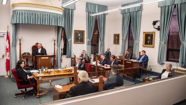Des députés assis dans la législature.