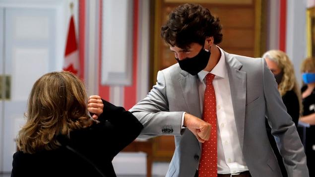 M. Trudeau et Mme Freeland se cognant le coude à Rideau Hall.