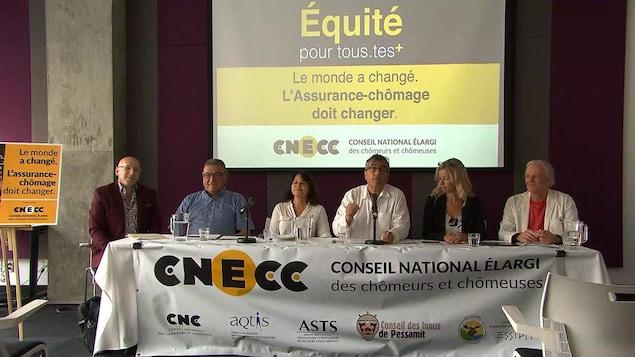 Des participants à une conférence de presse du CNECC.
