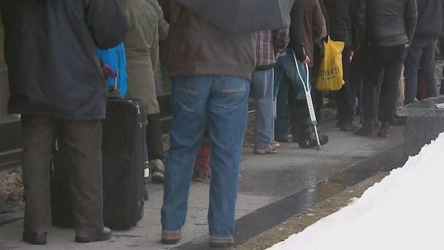 Quelques dizaines de personnes faisaient la file, vendredi matin, devant les bureaux de Services Canada.