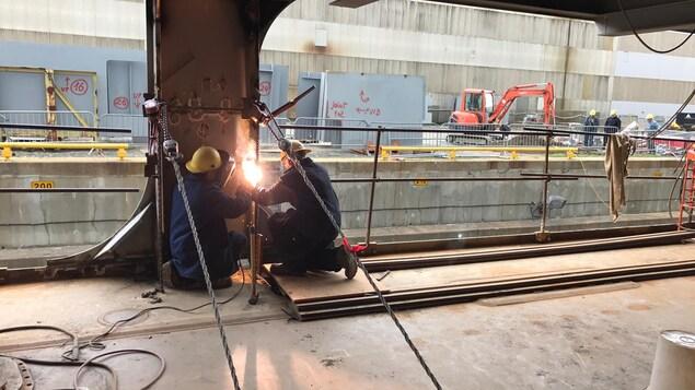 Des travailleurs qui construisent le ravitailleur.