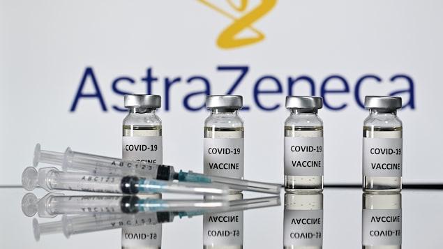 Des seringues et des contenants comprenant des doses d'un vaccin.