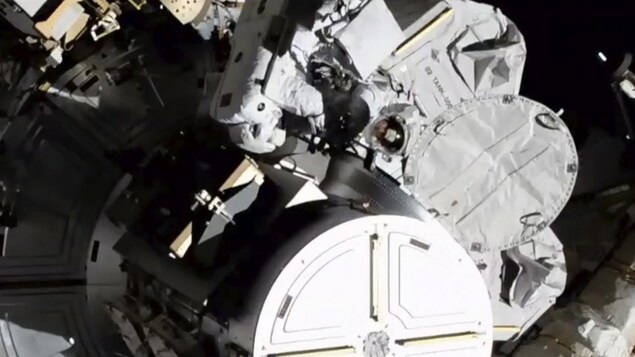 Le duo féminin d'astronautes au moment où la seconde, Jessica Meir, sort de la SSI.