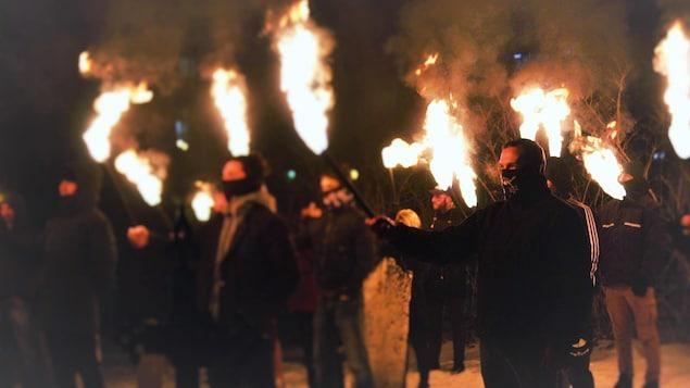 Des gens tiennent des torches en feu à bout de bras