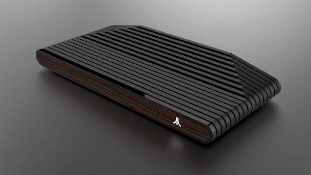 Une photo montrant la nouvelle console, entièrement noire sauf pour le panneau avant, qui a l'apparence du bois.