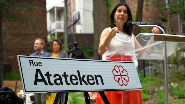 La mairesse de Montréal, Valérie Plante, a dévoilé le nouveau nom de la rue Amherst  le 21 juin 2019, Journée nationale des peuples autochtones.