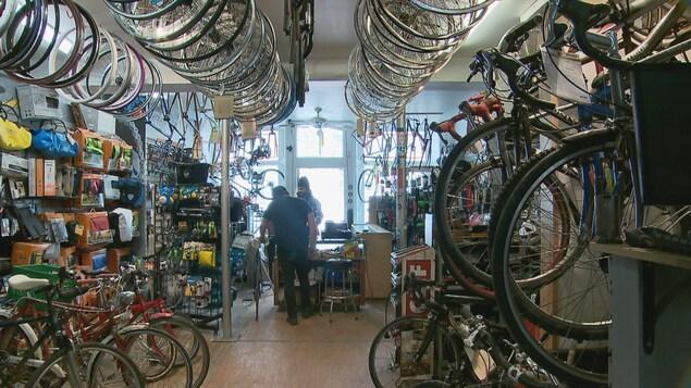 Un travailleur à l'oeuvre dans un atelier de réparation de vélos