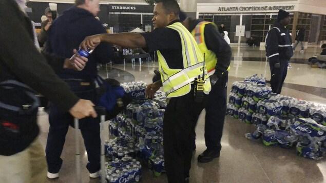 Distribution de bouteilles d'eau à l'aéroport d'Atlanta.