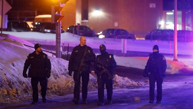 Des policiers montent la garde devant le Centre culturel islamique de Québec dans les heures ayant suivi l'attentat du 29 janvier 2017.