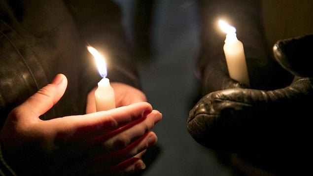Des milliers de personnes se sont rassemblées après l'attentat à la grande mosquée de Québec.
