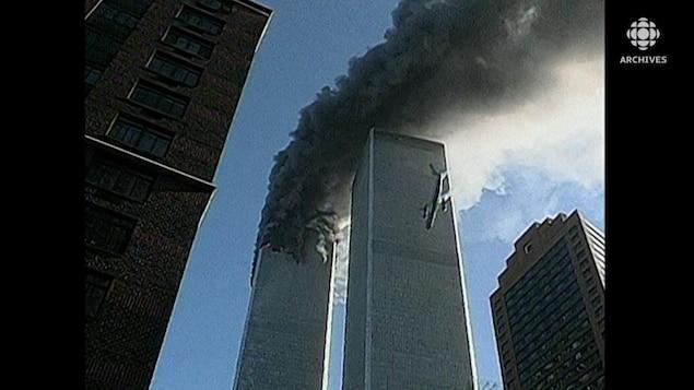 Avion qui fonce dans la deuxième tour jumelle du World Trade Center alors que la deuxième est en flammes.