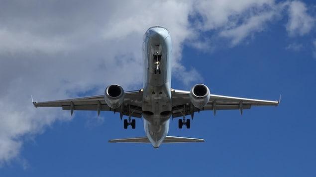 Un avion atterrit à l'aéroport Pearson de Toronto.
