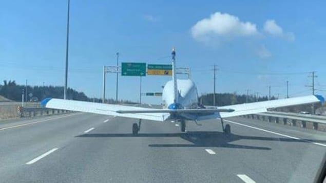 Un automobiliste assis côté passager a capté l'atterrissage.
