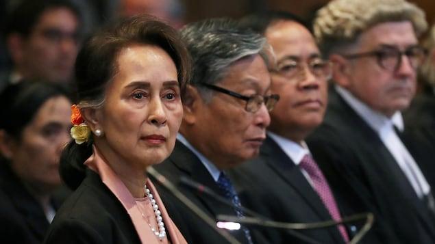 Aung San Suu Kyi, dans une salle, ne manifeste aucune émotion.