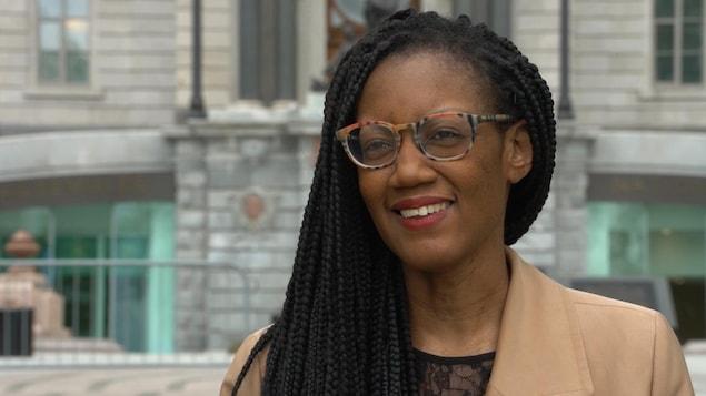 Aurèle Fanny Deutcha Nguelieu devant le parlement du Québec
