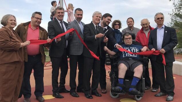 Le maire d'Aurora, les conseillers municipaux et des membres du comité consultatif sur l'accessibilité à l'inauguration du parc Queen's Diamond Jubilee.