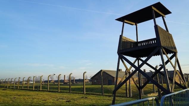 Une tour de surveillance du camp.