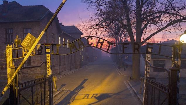L'entrée du camp d'Auschwitz avec le tristement célèbre fronton sur lequel il est écrit : le travail rend libre.