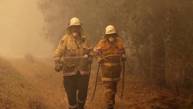 Des pompiers en Australie.