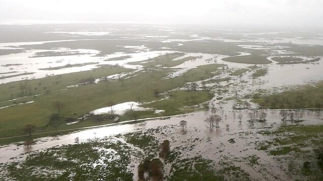 Plan aérien d'un secteur inondé.