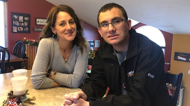 Cheryl LeBlanc avec son fils Ryan Hébert.