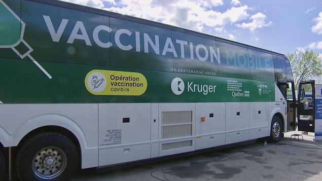 Un autocar sur lequel on peut lire : Vaccination mobile.