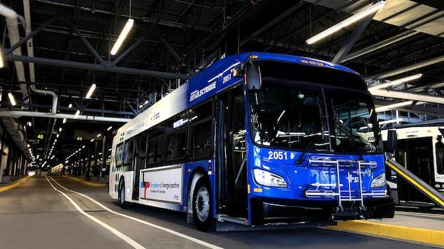 Le bus dans un garage.