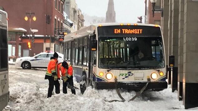 Un autobus a dérapé dans la neige
