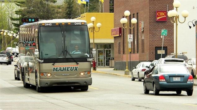 Un autobus en ville.