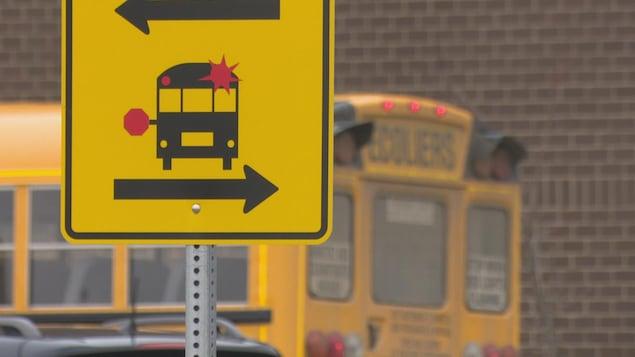 Un panneau indiquant la présence d'autobus scolaires.