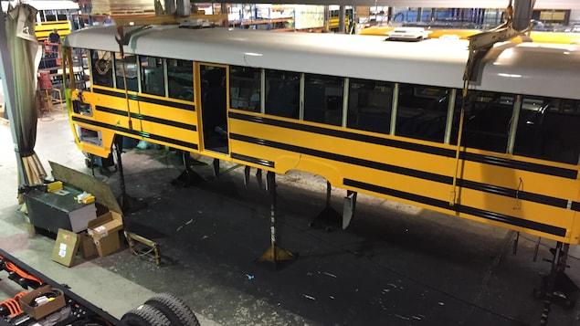 Un autobus scolaire électrique en assemblage à l'usine de la Compagnie électrique Lion.
