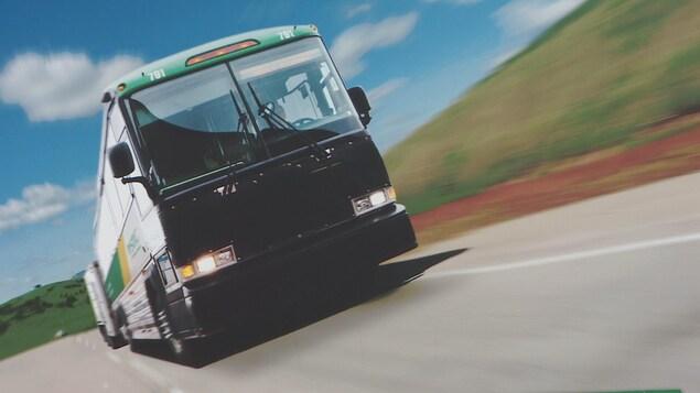Un autobus sur une route