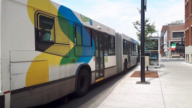 Un autobus arrêté au coin des rues Jarry et Saint-Hubert, dans le quartier Villeray.